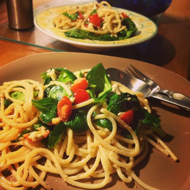 Schon mal 'Warmen Feldsalat mit Nudeln' ausprobiert? Schmeckt frisch, fruchtig und ist einfach nur lecker :-)