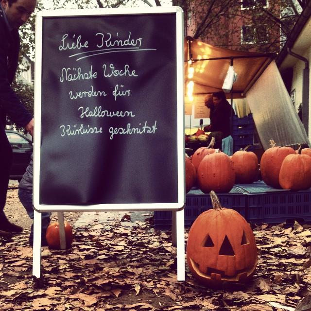 """Diese Woche Freitag gibt es auf dem Bauernmarkt wieder Halloween-Kürbis schnitzen für die Kids (aka """"kleine Monster"""") :-)"""
