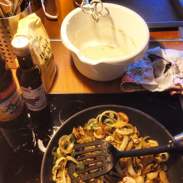 Heute gibt es mal wieder Zwiebelkuchen (vegetarisch) mit frischen Kräutern :-)