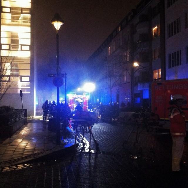 … und am EVK brennt & stinkt irgendetwas kräftig vor sich hin. Feuerwehr und Polizei laufen ganz geschäftig über die Parkplätze und Straßen…