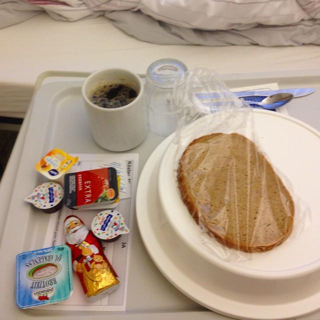 ... und dies ist der reich gedeckte Nikolaus-Frühstückstisch wenn man im Krankenhaus liegt.