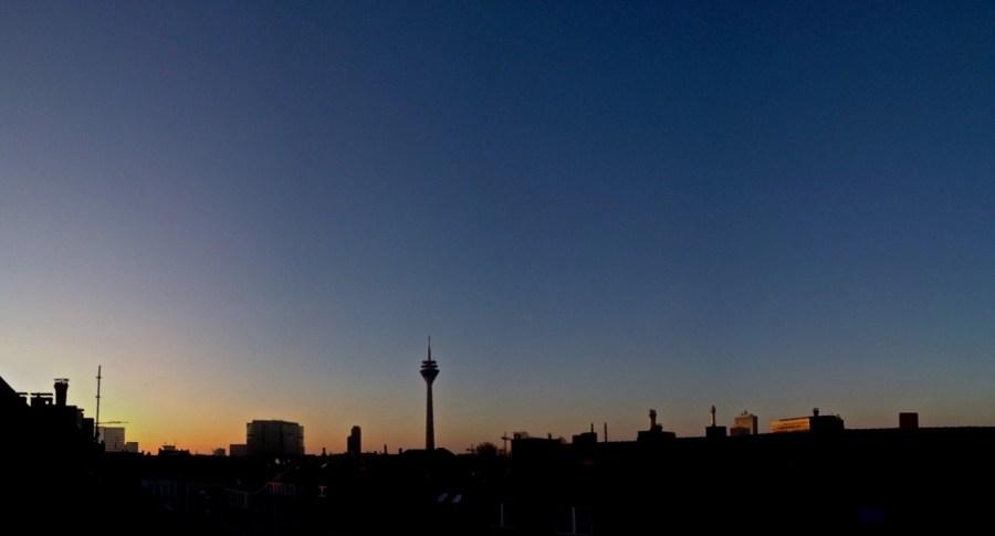 Ein klarer Abend legt sich langsam über die Stadt…