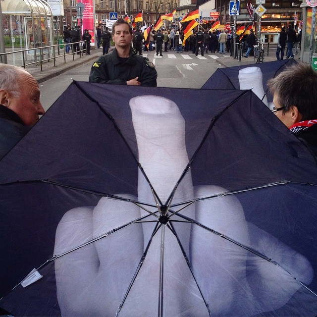 """""""Treffen sich 20 Nazis vor der Bäckerei…"""""""
