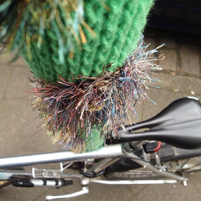 Lackschonend sein Fahrrad 'parken', dank knitting :-)
