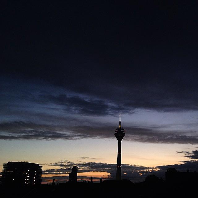 22:40 Uhr mit Blick auf den Rheinturm.
