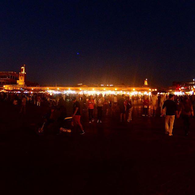 Abends auf dem Place Jemâa el-Fna in Marrakesh während des Opferfestes... ein Potpourri aus Gerüchen, Melodien und Geschmäckern. Nix für schwache Gemüter ;-)