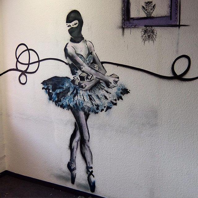 """""""Demi-plié. Relevé. Grand-plié... """" einfach mal die Verhältnisse zum Tanzen bringen. #streetart #streetartfestival"""
