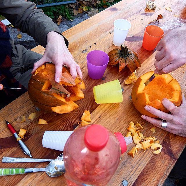 Seit heute Mittag wurde auf dem Bauernmarkt am Friedensplätzchen kräftig an Kürbissen geschnitzt und gelöffelt ... Ein Spaß insbesondere für die 'Großen' ;-)