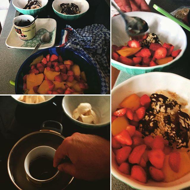 Nu so eine Idee ;-) Obstsalat mit Erdbeeren, Bananen und anderen Früchten die weg müssen, drei großzügige Kleckse Sojaeis Vanille (Hausmarke von Rewe) und zartbitter Blockschokolade im Wasserbad erhitzen... dazu ein paar gehobelte Nüsse - fertig.