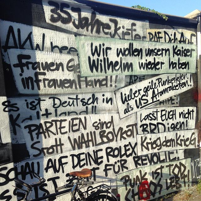 Sponti Parolen & Polit-Sprüchesammlung aus 35 Jahren Kiefernstraße. Und einige Sprüche sind immer noch tagesaktuell... Es gibt also noch viel zu tun :-)