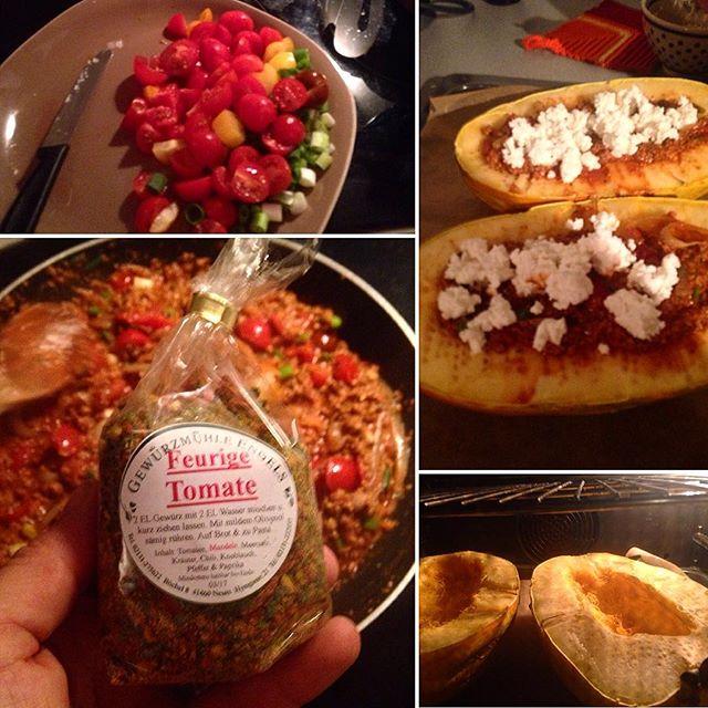 Spaghettikürbis gefüllt mit Tomaten, Tofu, Zwiebeln und so... Powered by Gewürzmühle Engels aus Neuss :-)