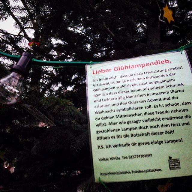 Warum bleibt eigentlich der Weihnachtsbaum am Friedendsplätzchen seit zwei Tagen dunkel? Es gibt da Menschen die gerne Glühbirnen klauen und die Elektronik sabotieren... Schade eigentlich :-/