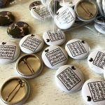 Pins und Buttons für die Nachbarn