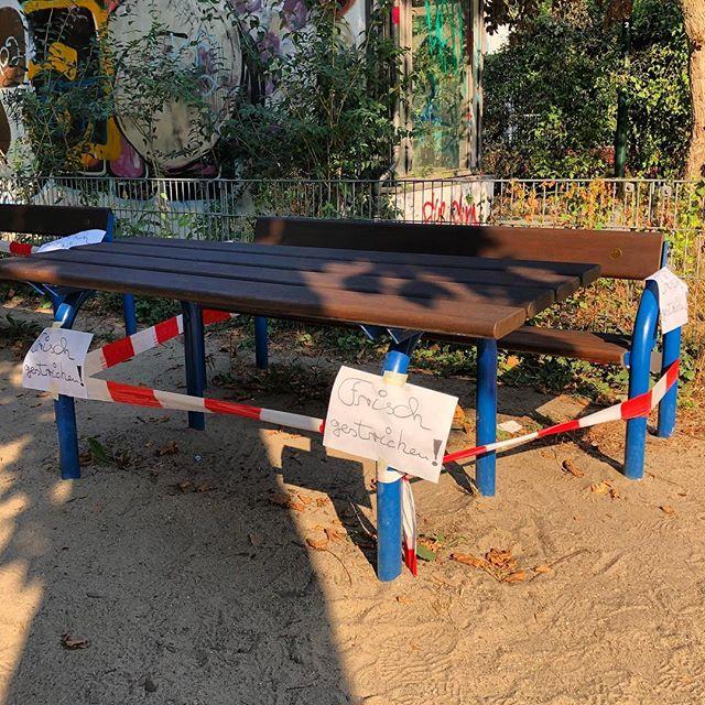 Kleiner Service-Tipp für all jene die heute Vormittag auf dem Spielplatz am LeoStatzPlatz : das zweite Frühstück muss diesmal in Sandkasten eingenommen werden. Die Bänke und Tische sind alle gestrichen worden :-) Nein, die Schaukel zum Glück nicht ;-) #elternzeit #spielplatz #spielplatzhelden