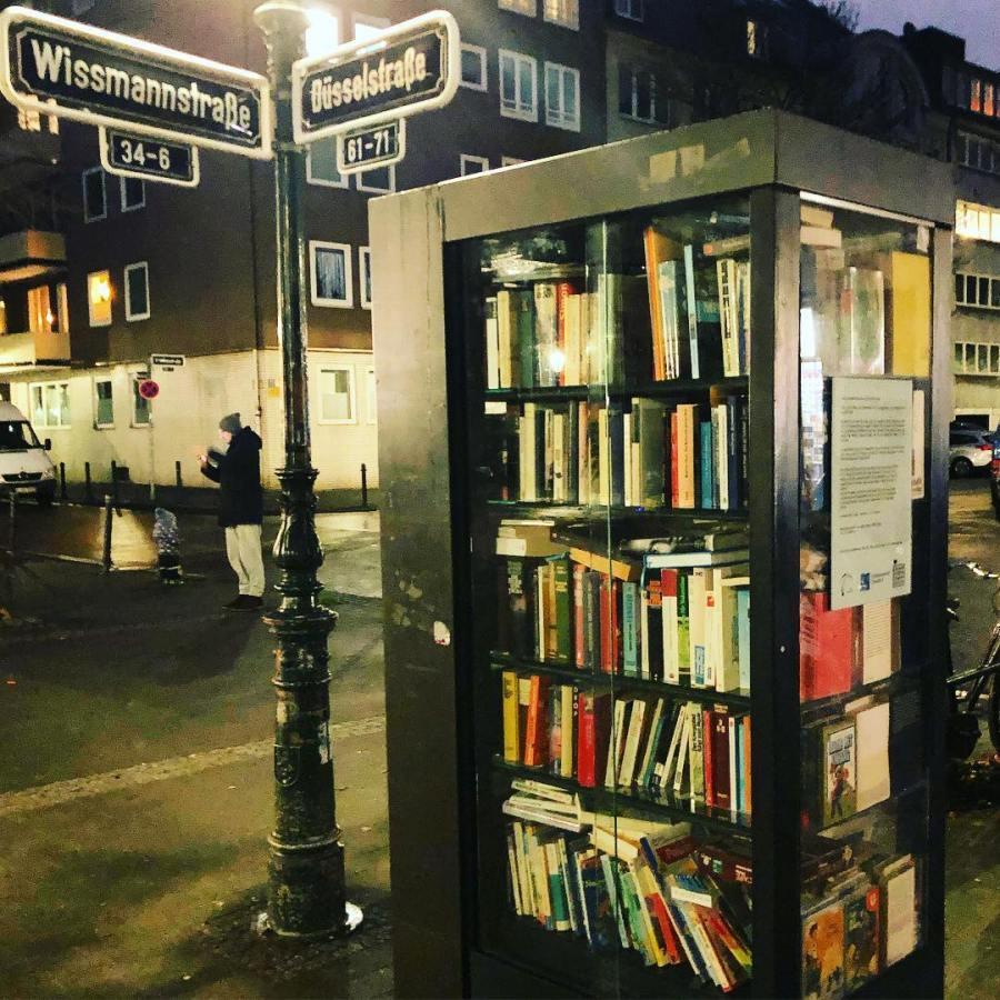 Hmmm… Der Bücherschrank auf dem Friedensplätzchen leidet nach den Feiertagen ganz offensichtlich an Völlerei und hat ganz ordentlich zugelegt ;-) Also, Bücherwürmer – auf geht's… machen wir ihn wieder fit & schlank.