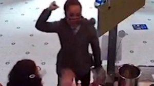 Amerikalı babaanne, torununa şişe fırlatan kadına saldırdı