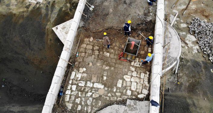 Asfaltın altından 770 yıllık taşlar çıktı