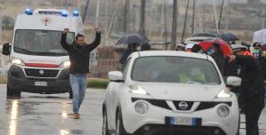 Bingazi'de alıkonulduktan 108 gün sonra hür kalan İtalyan balıkçılar meskenlerine döndü