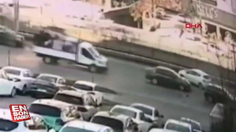 Bursa'da yola atlayan kedi, zincirleme kazaya neden oldu
