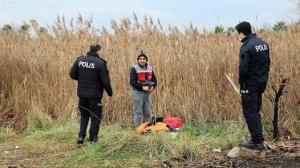 Denize ve sazlıkların arasına kaçan midyecileri polis tek tek topladı
