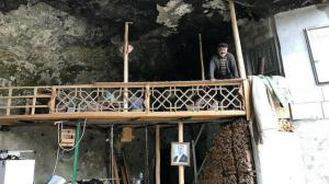 Eski Bakan bile görmeye geldi: Mağarada huzur buldu, 30 yıldır burada yaşıyor
