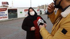'Evime Gizli Kamera Koydular' Diyerek Sokak Röportajına Dahil Olan Kadın: 'Ne Zaman Telefonla Konuşsam ya Polis Arabası Geçiyor ya Jandarma Arabası'