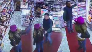 Hırsız kadın büfe sahibinin parasını alıp soyunmaya başladı!