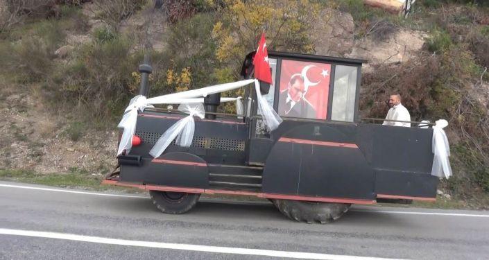 Kara tren görünümlü traktör, gelin aracı oldu