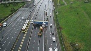 Küçükçekmece'de TIR metrobüs bariyerlerine çarptı: D-100 kapandı
