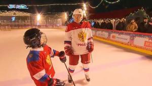 Putin 9 yaşındaki çocukla buz hokeyi oynadı