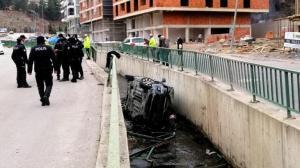 Su kanalına düşen otomobilin sürücüsü yaralandı