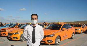 Taksisinde unutulan 300 bin euro'yu sahibine teslim eden sürücüye memleketinden ödül