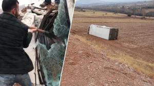 Tarlaya devrilen kamyonun şoförü yaralandı