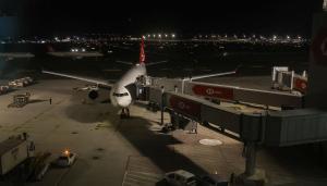 THY, Covid-19 mutasyonu riski nedeniyle uçuşların durdurulduğu İngiltere'den tahliye seferi yaptı