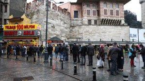 Yılbaşı bileti almak isteyenler Nimet Abla Gişesi önünde sıraya girdi