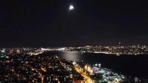 Yılın son dolunayı İstanbul'un simgeleriyle böyle görüntülendi