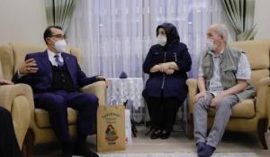 Bakan Dönmez, doğal gaz hizmeti götürülen Soma'da konuk olduğu aileyle çay içti