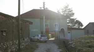 Caminin altından geçmeden bu köye girilmiyor: Arabalar dahi geçebiliyor