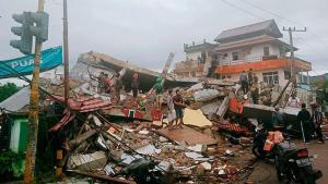 Endonezya'da müthiş deprem! Meyyit ve yaralılar var