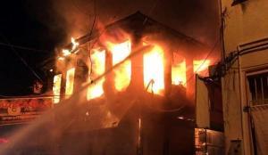 Gece yarısı korkutan yangın! 10 iş yeri kullanılamaz hale geldi