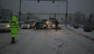 Kar yağışı bastırdı! İzmir ve Ankara yolu kapandı