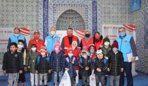 Kayseri'de 500 çocuğa kışlık elbise yardımı yapıldı