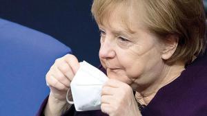 Merkel aşıda kötü sıkıştı