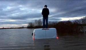 Nehir taştı minibüsün üstünde mahsur kaldı! AFAD son anda…