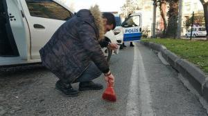 Polis fırça ile asfalttan uyuşturucu süpürdü