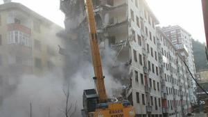 Rize'de 'Pisa Kuleleri' olarak anılan eğimli binalar yıkılıyor