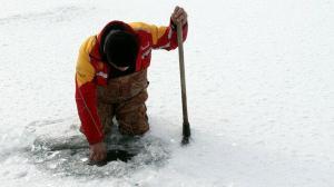 40 santimetreyi bulan buz tabakası kazmayla kırılarak böyle balık avlıyorlar