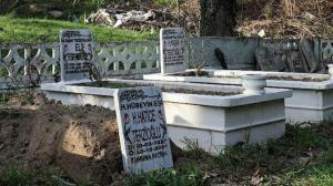 Akıllara durgunluk veren olay: 20 yıl önce ölen kadının mezar taşını çaldılar!