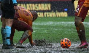 Balçık zemin için futbolculardan özür diledi