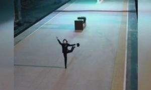Çin'de tren istasyonu görevlisinden boş peronda solo dans